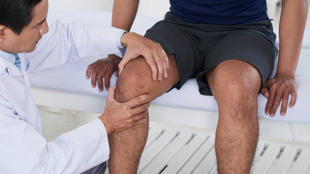 https://newhealthshop.info/wp-content/uploads/2021/10/ortho_doctor_checking_knee_0-1280x720.jpg